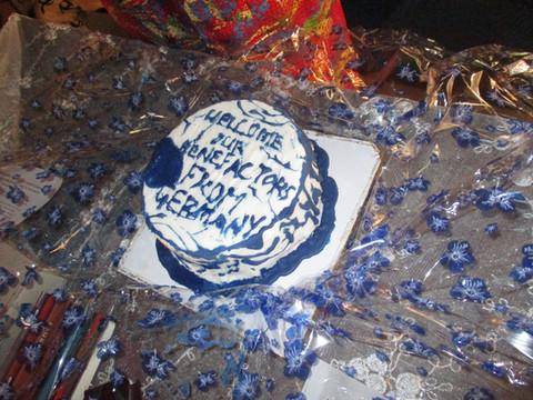 """Ein besonderes Dankeschön war dieser leckere Kuchen mit dem Schriftzug """"Willkommen an unsere Unterstützer von Deutschland""""."""