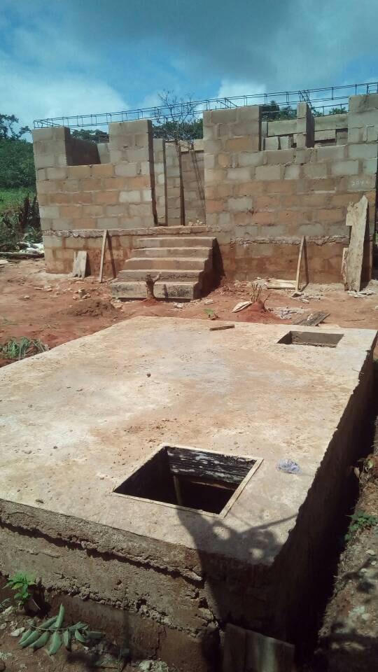 Die Grube ist soweit fertig und das Toilettenhaus erkennt man schon gut