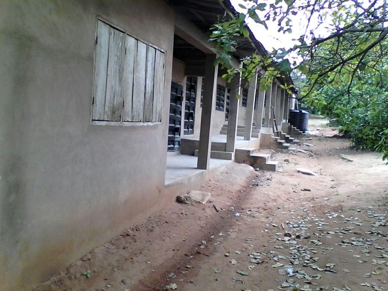 Der ganze Blick auf den Klassenraumtrakt. Die Bäume rechts sind übrigens alles  Schattenspendende Cashew-Bäume.