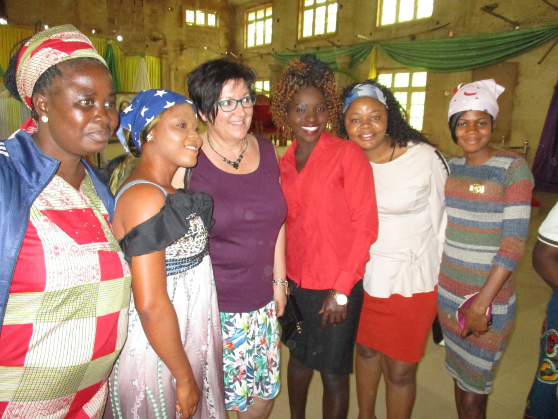 Erinnerungsfotos dürfen natürlich nicht fehlen. Hier mit den großen Mädels aus Okpatu, die schon lange ihren Schulabschluss haben und extra gekommen sind, um sich nochmals zu bedanken.