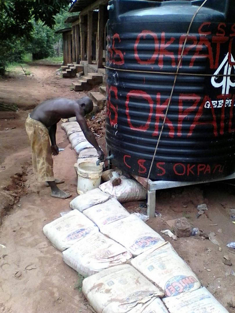 Für die Renovierung wurde zunächst ein großer Wassertank angeschafft, damit die örtlichen Arbeiter den Zement verarbeiten konnten.