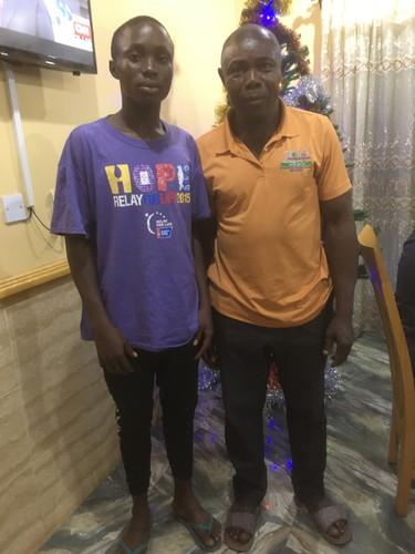Chibueze, ein Vollwaise, der bei seinem ebenfalls verwitweten Onkel lebt, hat  mit Hilfe der Schulpatenschaft seinen Abschluss geschafft und ist nun in der Ausbildung zum Autoteile-Verkäufer.