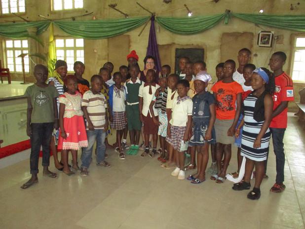 Die aktuellen Patenkinder aus Okpatu, dem Heimatort von Pfarrer Geoffrey.