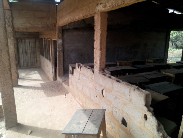 Der marode Zustand der Klassenräume lässt vor allen Dingen während der  Regenzeit einen geregelten Unterricht nicht zu.