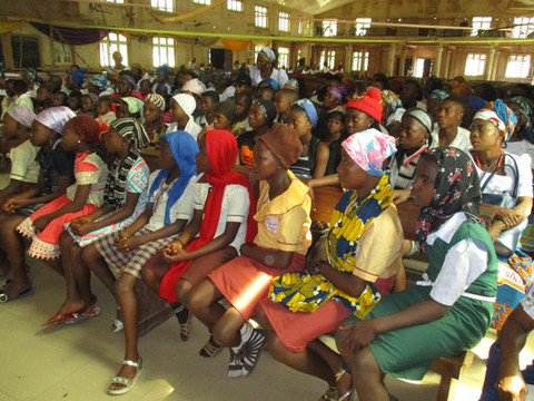 Aufmerksame Zuhörer – übrigens die Kopfbedeckung ist beim Aufenthalt in einer Kirche üblich.