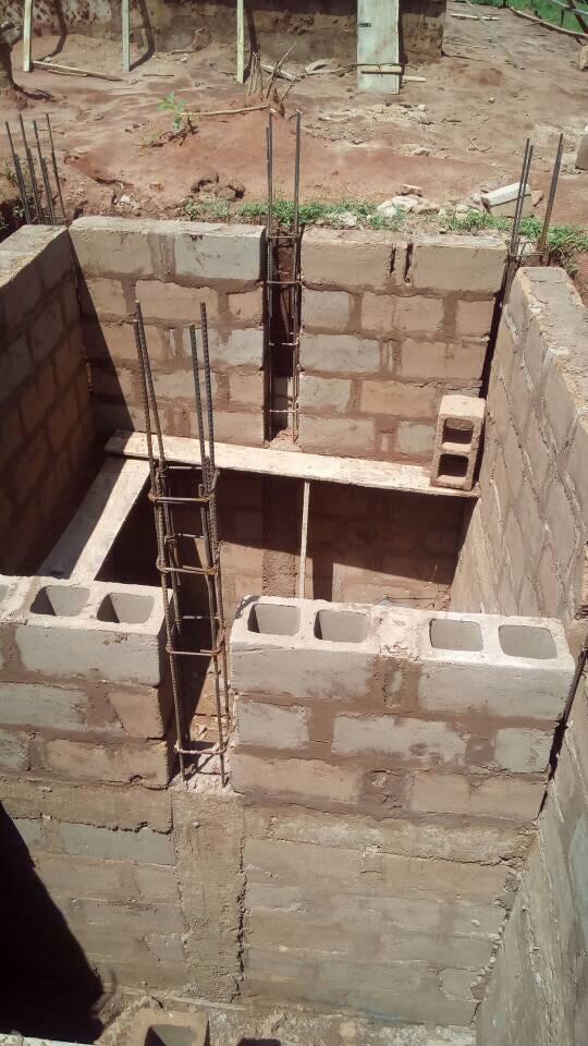 Die Grundmauern für die Grube sind schon fast fertig.