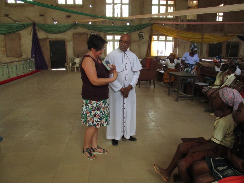 Wir hatten Namenschilder für die Kinder im Gepäck, damit wir später die einzelnen Kinder und den Fotos zuordnen konnten. Außerdem bekam jedes Kind ein Nwanne di namba – Lesezeichen und Stifte.