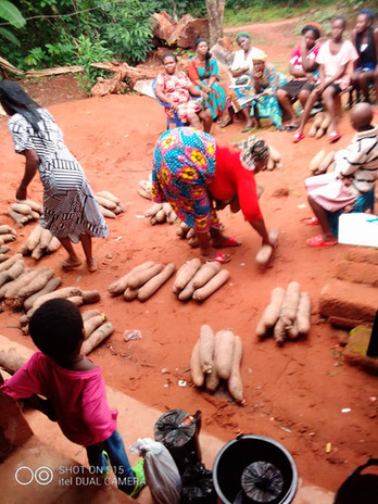 Heute werden die Yamwurzel im Dorf verteilt.