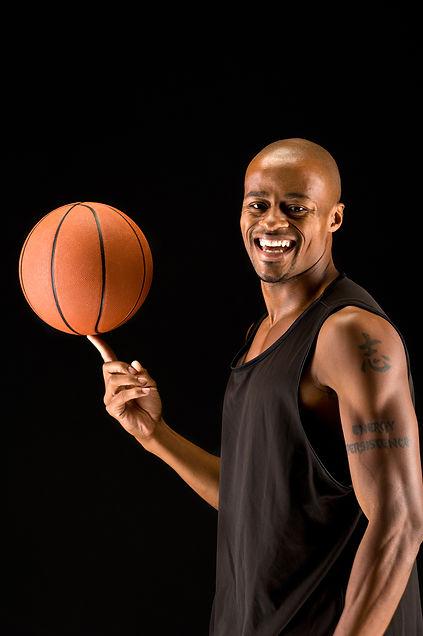 Joueur de basket-ball heureux