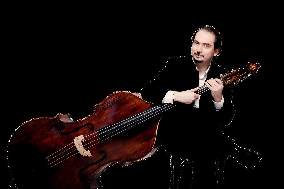 Petru Iuga (1) mit Bass sitzend No backg