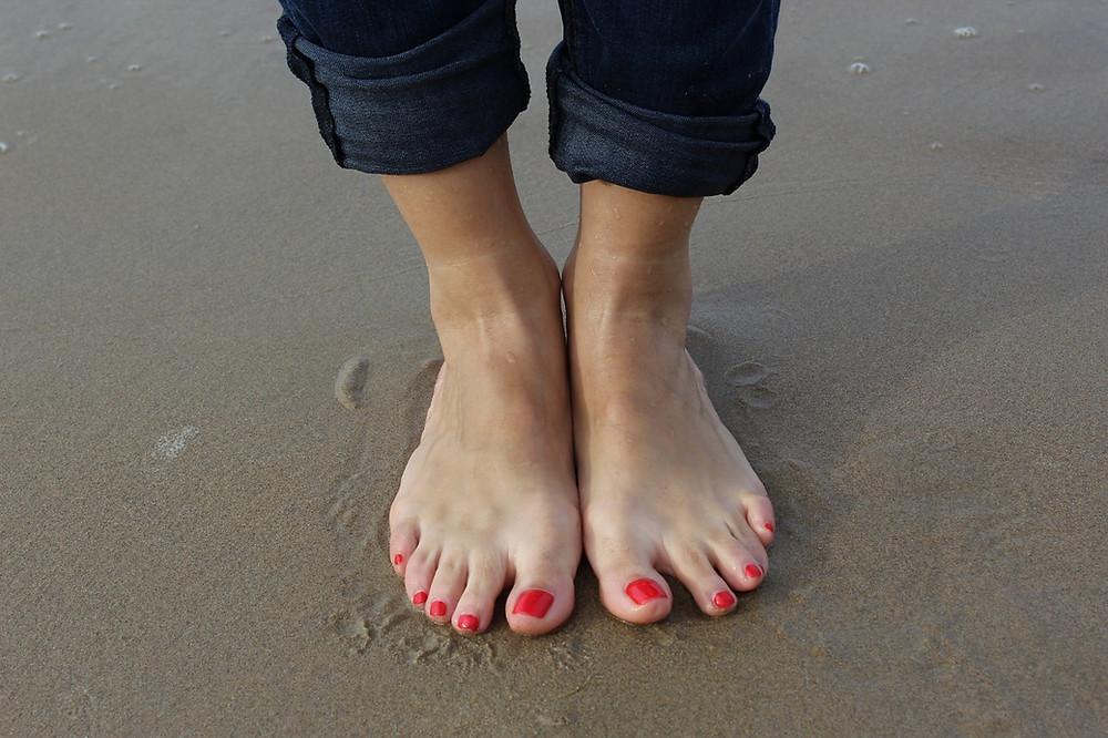 pés-descalços-na-areia
