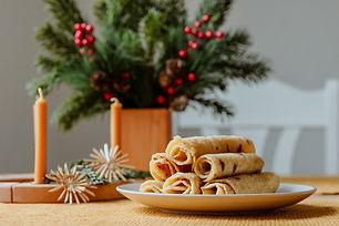 Kleine Kartoffelpfannkuchen mit geschmolzener Butter & Zucker serviert.