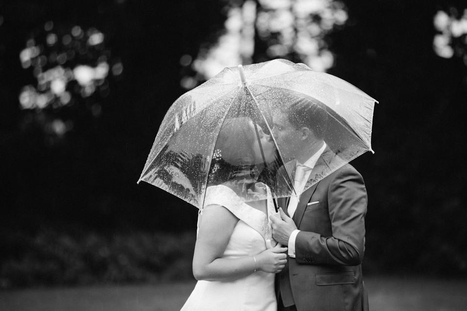 Regen op je Trouwdag. Bruiloft De Kruimel - Gasselte, Drenthe