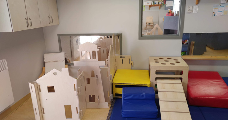 Panneaux séparateurs mobiles avec Carré de jeux muni d'une Planche barreaux