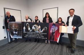 Unterschriften Übergabe an OB Steffens gegen Tiershows im OG Weihnachtszirkus 2020