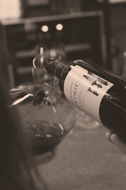Rotwein dekantieren in der Vinothek Hauser