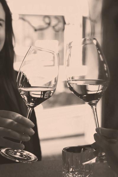 Anstossen in der Weinhandlung und Vinothek