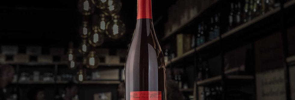 Christian Hermann baut den Fläscher Pinot Noir Réserve in Barriques aus.