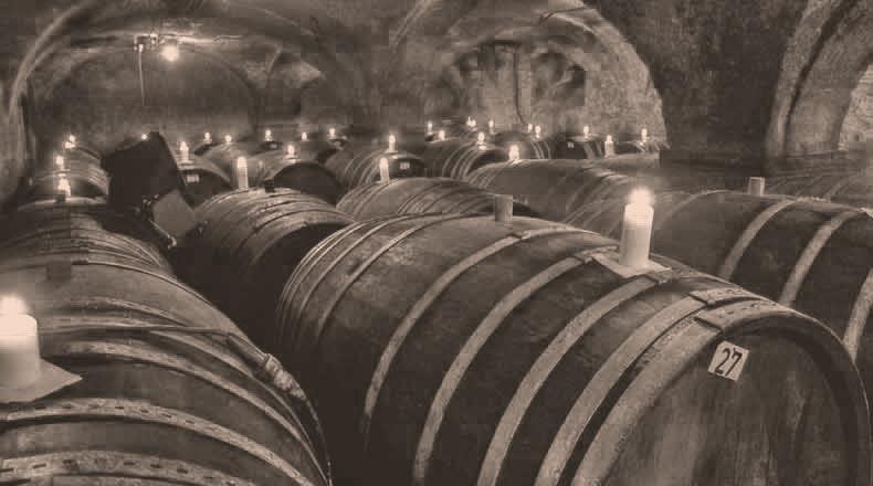 Weinkeller im Kerzenschein