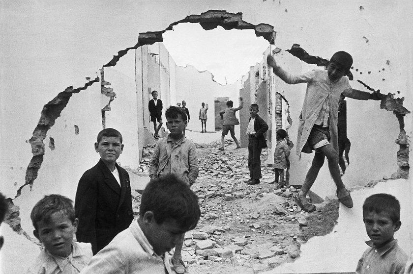 cartier-bresson-seville-spain-1944-wall-
