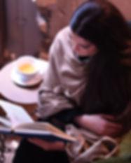 Frau mit Buch lesend und Tee Tasse