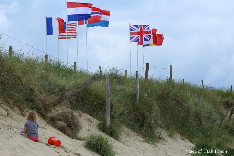 Enfant et drapeaux plage U.B..jpg