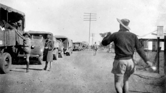 Convoy_stop_at_Tennant_Creek_1941.jpg.jp