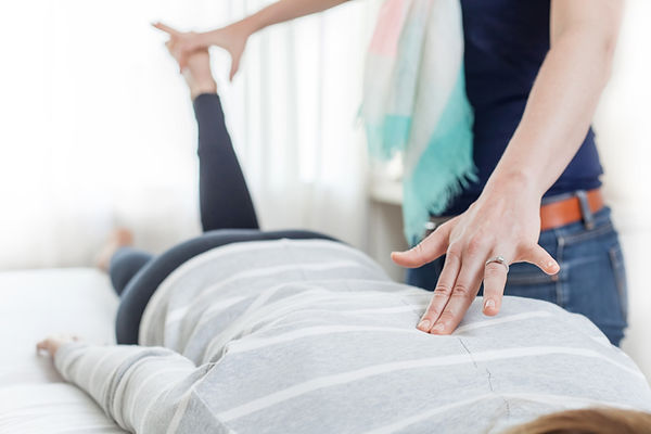 Therapist giving Kinesiology treatment i