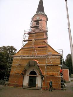 Kirchenfassade mit Schindeln