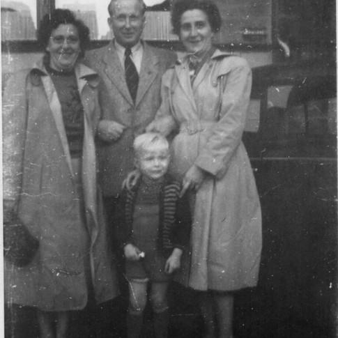 Elly, Vati, Manfred, Mutti ca. 1955