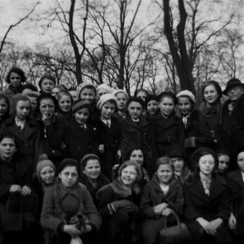 oben 2. v. rechts Mutti, Mädchenschule, Klasse ca. 1939