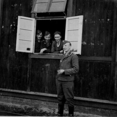 Georg Kruse (vorne) 1941 in Wismar