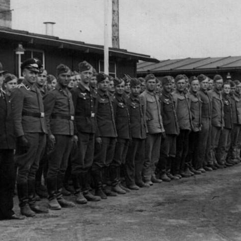 Georg Kruse (3. von links) 1940 in Schwerin