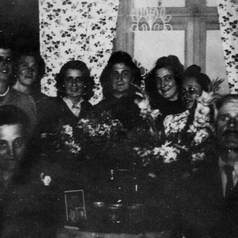 v. l. Anna, zentrum Mutti, rechts daneben Lydia, v. r. Wilhelm ca. 1942
