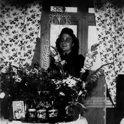 Mutti 1943 (Vatis Soldatenfoto auf Tisch)