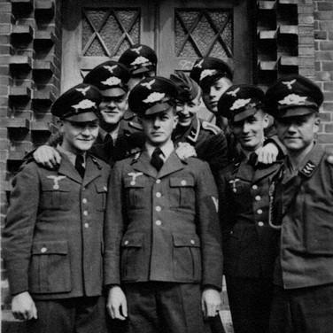 Georg Kruse (Zentrum verdeckt) 1940 Wismar