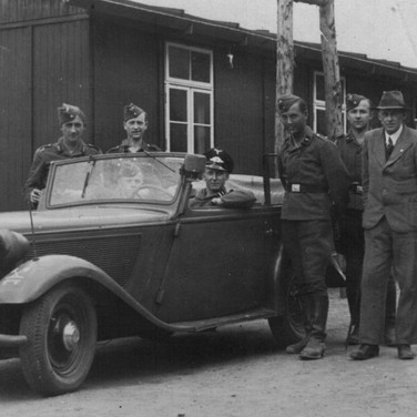 Georg Kruse (am Steuer) 1940 in Schwerin