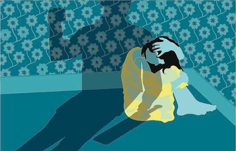 mulher no canto com medo da violência