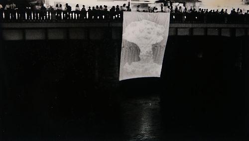 EVENT IN HIROSHIMA 原爆ドーム前、太田川に設置したスクリーンにたべけんぞうが映し出したキノコ雲