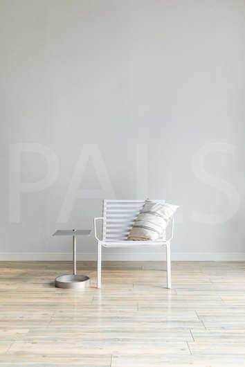 白壁と椅子