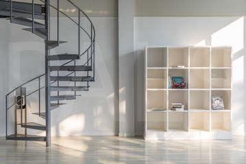 移動可能な本棚と螺旋階段