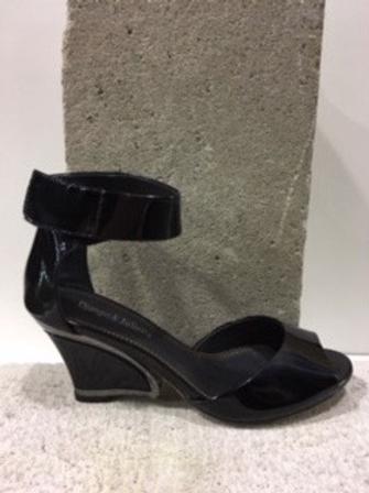 Image Sandale noire en cuir vernis avec lanière à la cheville  DJANGO & JULIETTE