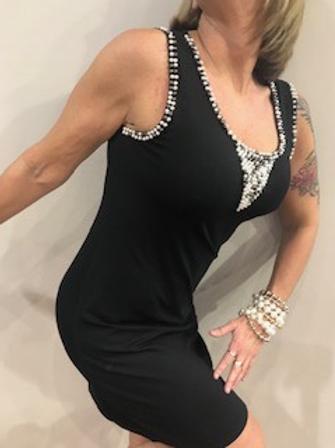 Robe noire avec perles Tricotto