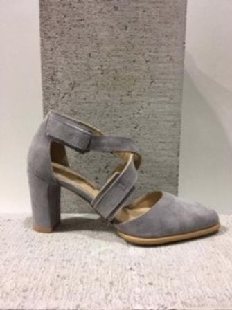 Sandale en suède gris à lanières croisées Perlato