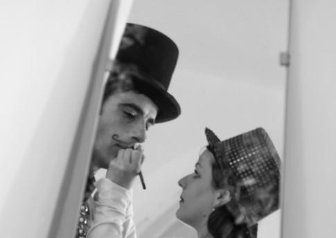 Geschminkt im Spiegel