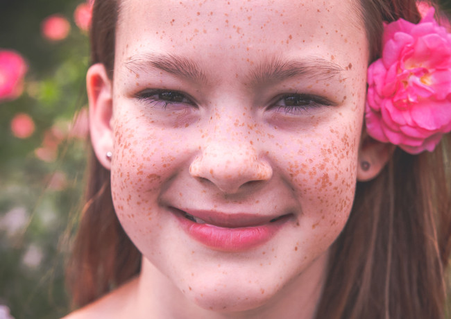 Porträt mit Blume im Haar