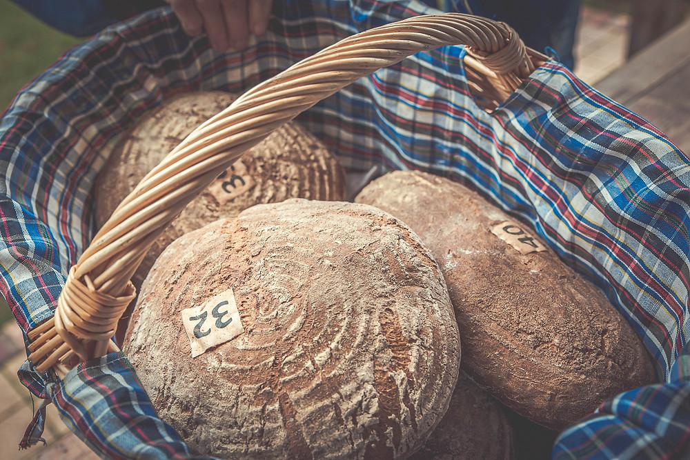 Ein Korb mit frischen Broten