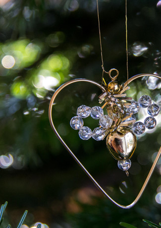 Ein Herz aus Gold am Weihnachtsbaum