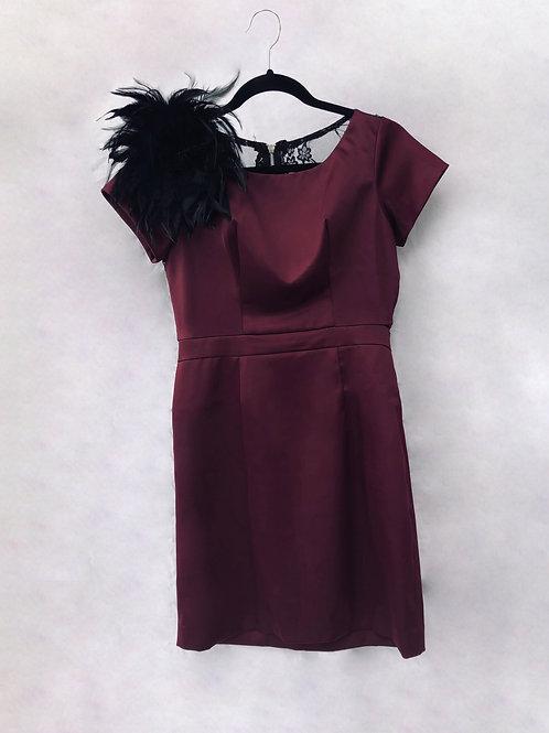 Vestido rojo satín con plumas