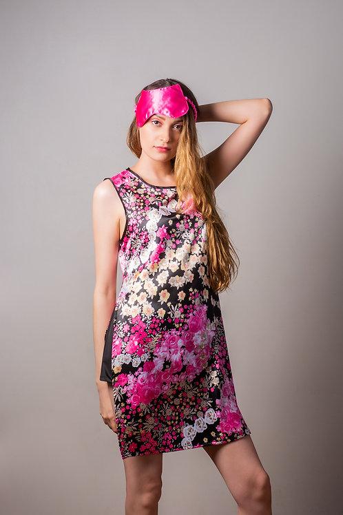 Pijama compuesta de blusa larga con abarturas a los lados de seda floreado.